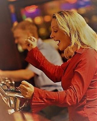 femme qui gagne aux slots machines